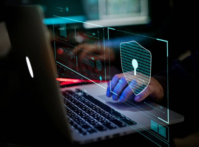 Computador con holograma ciberseguridad